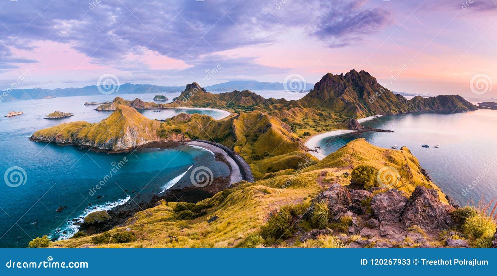 Fahren Sie Ansicht von Padar-Insel an einem bewölkten Morgen die Küste entlang
