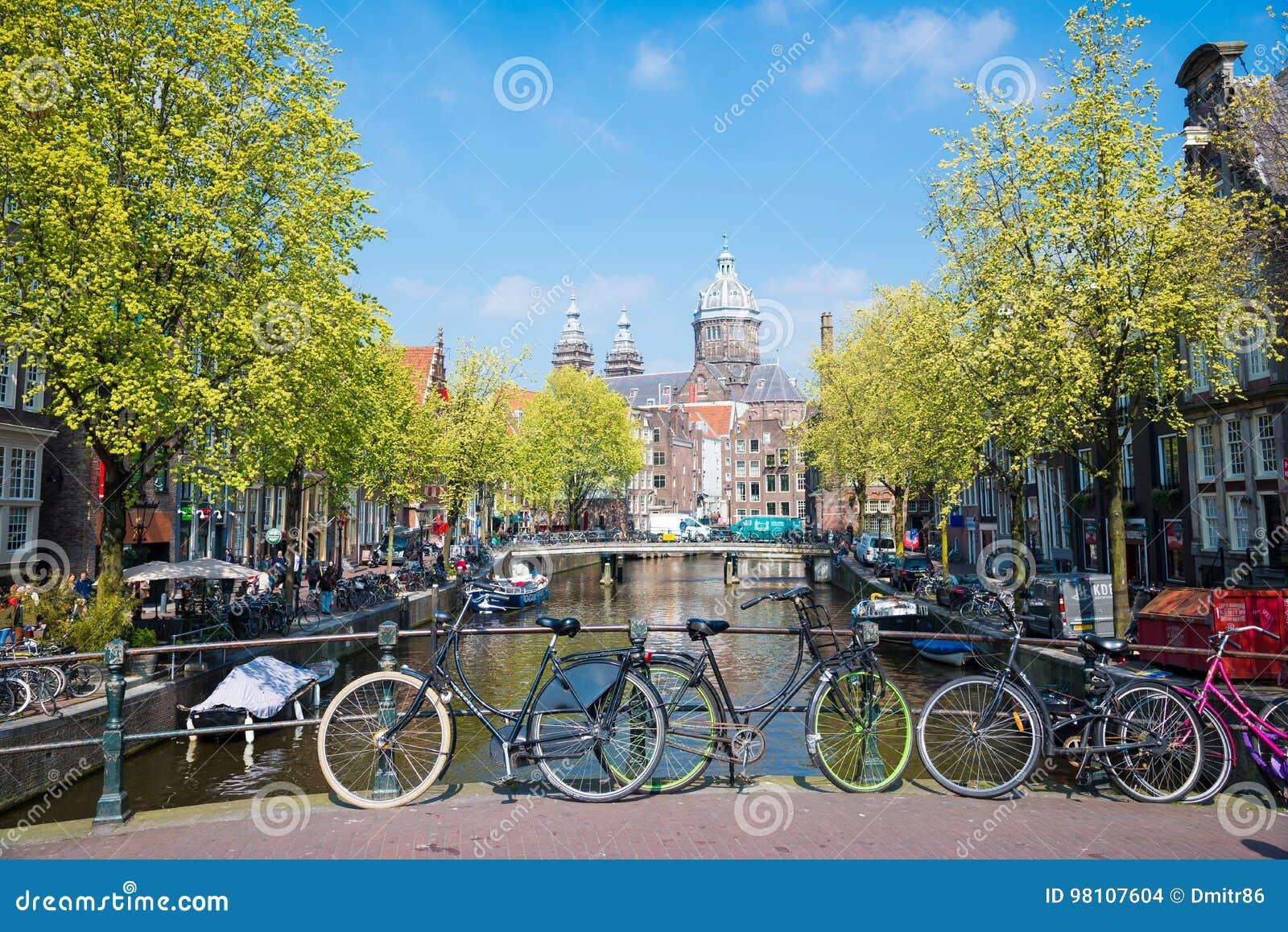 fahren sie auf die stadtstraßen-bettbrücke in amsterdam rad