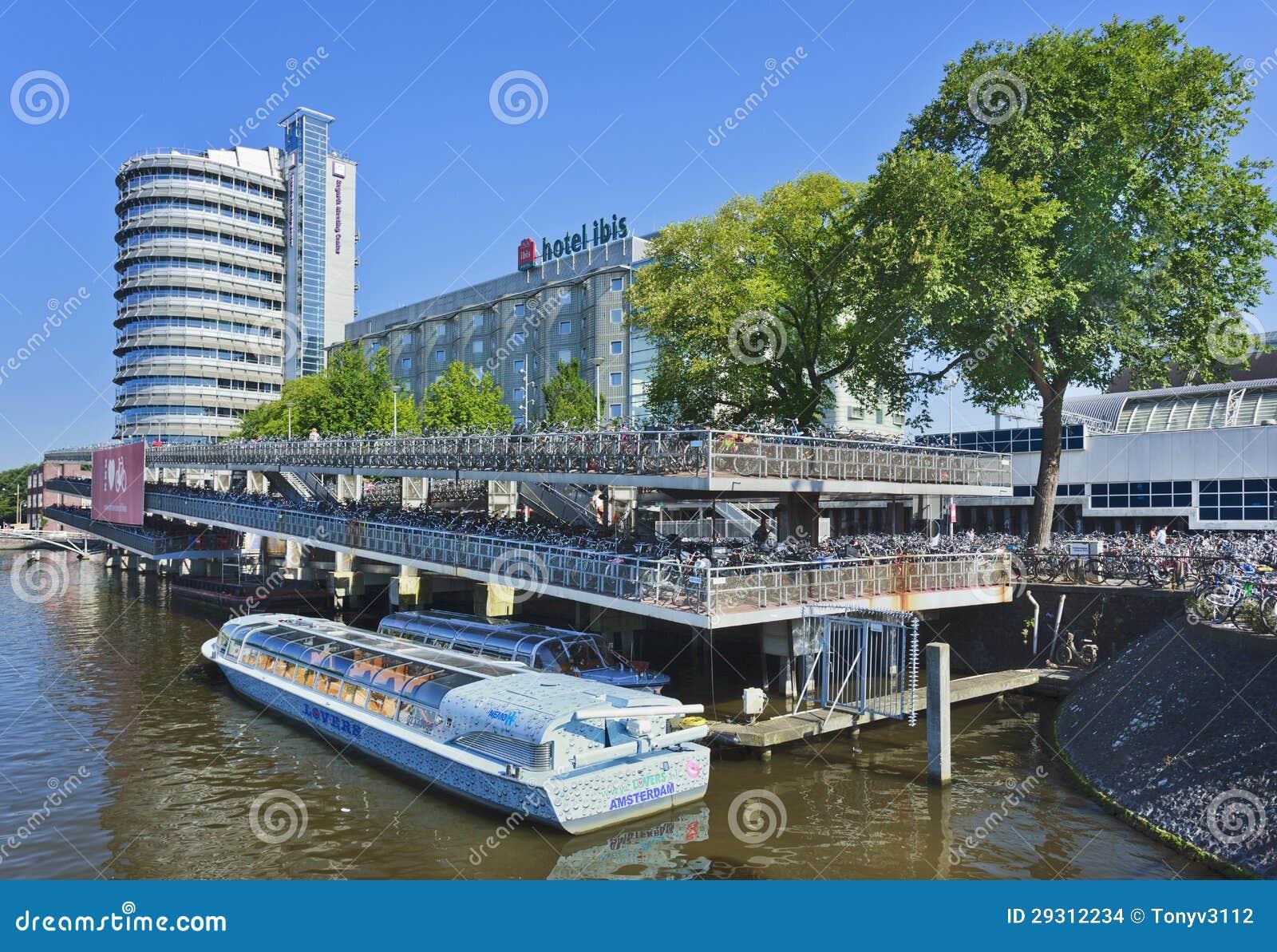 Fahren Sie Parken und ein festgemachtes Ausflugboot in Amsterdam rad.
