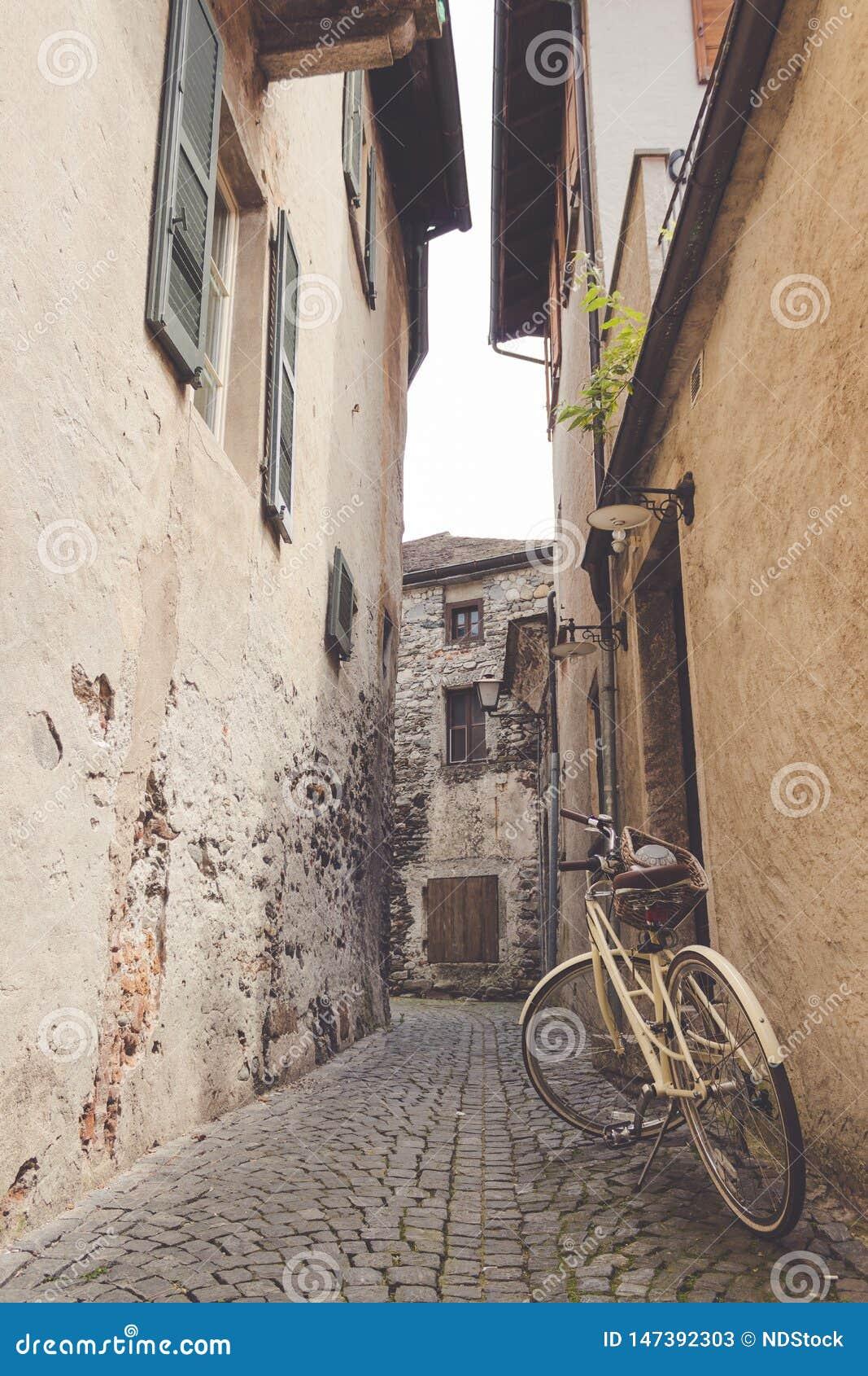 Fahrrad geparkt in einer schmalen Gasse