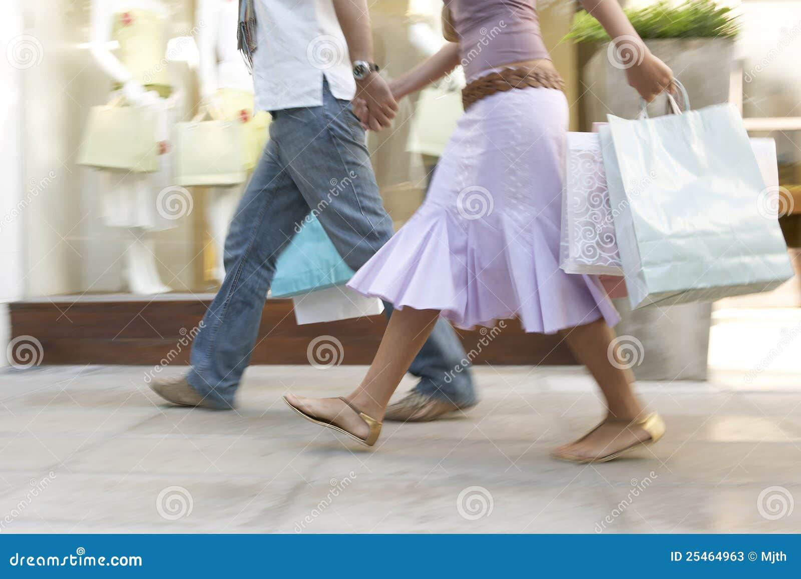 Fahrwerkbeine des Paares mit dem Einkaufen