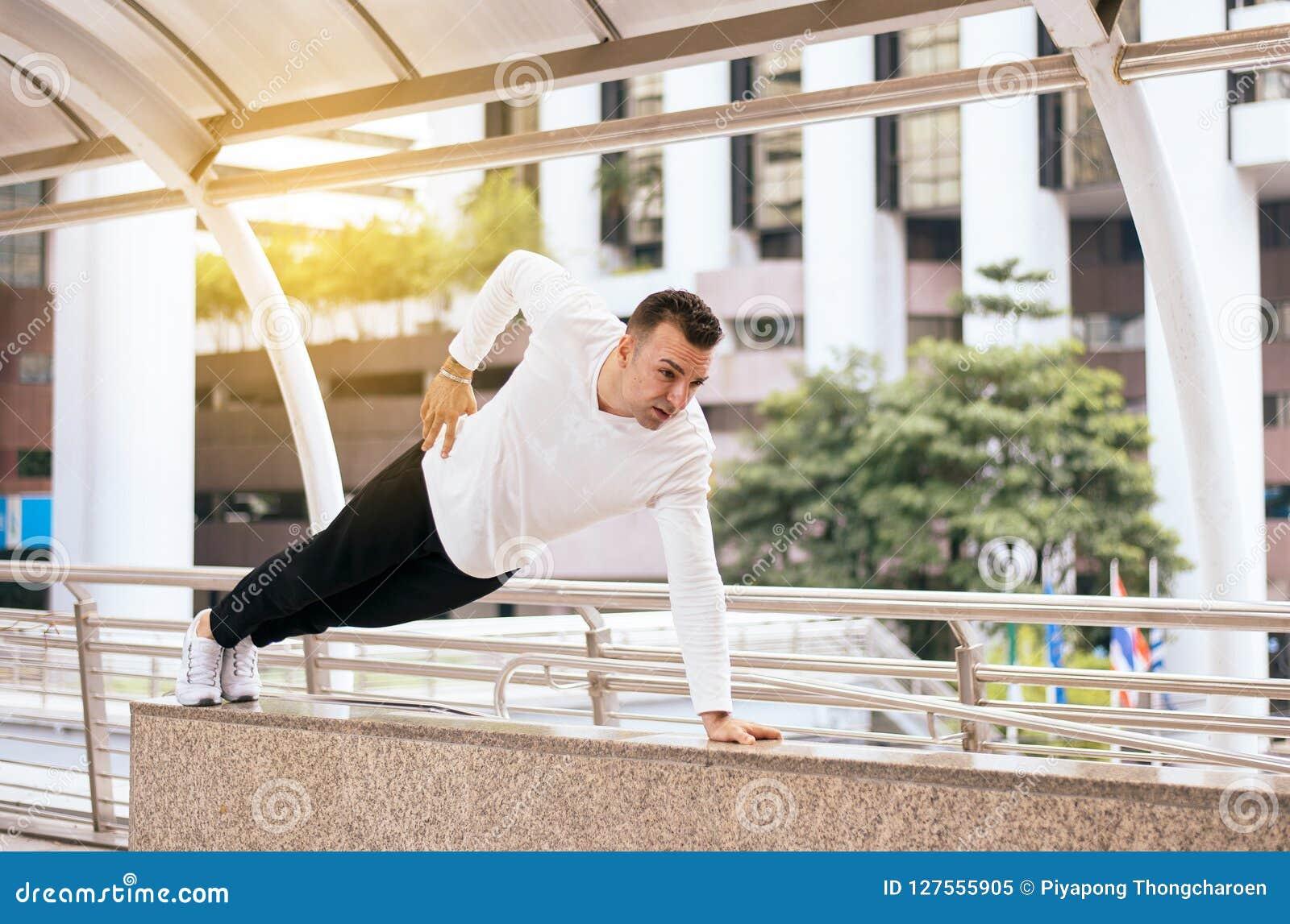 Faire convenable d homme soulèvent le mâle fort avec le corps musculaire dans la ville