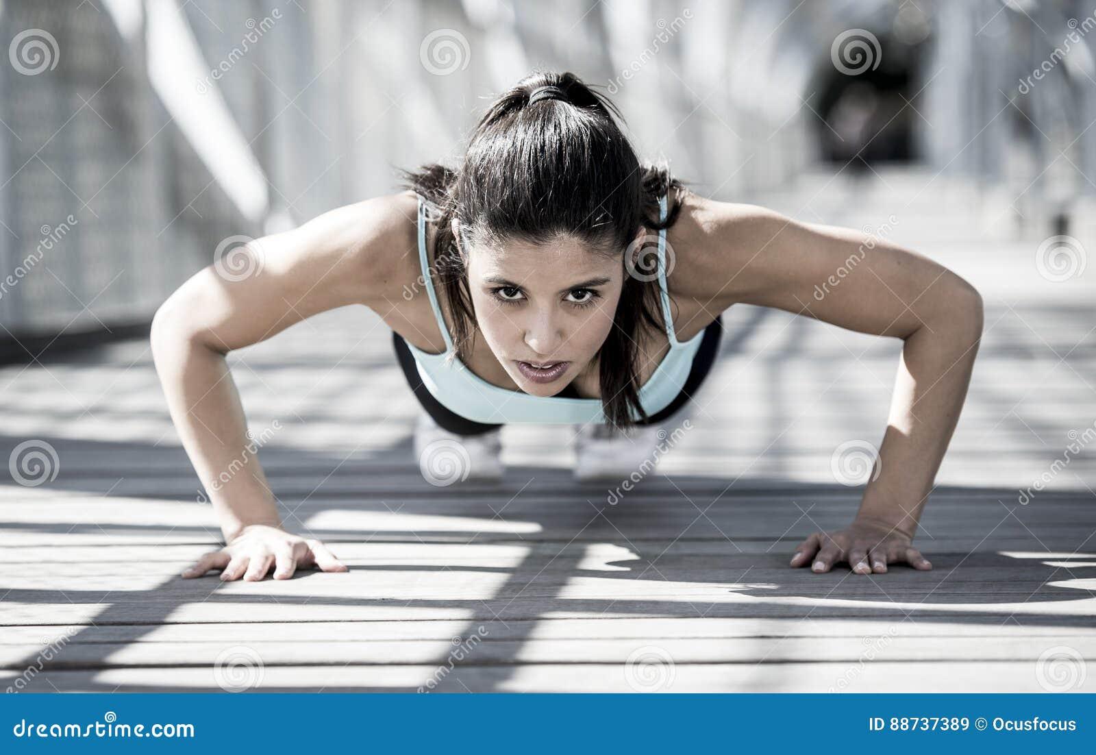 Faire de femme de sport sportif soulèvent avant le fonctionnement dans la séance d entraînement urbaine de formation