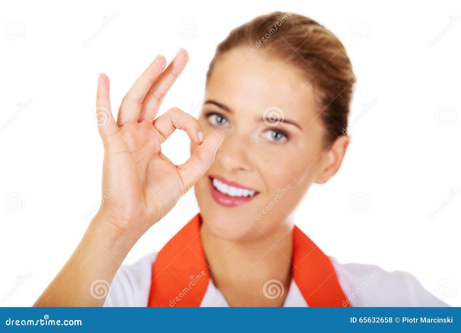 Faire des gestes femelle d infirmière ou de docteur de sourire de jeunes