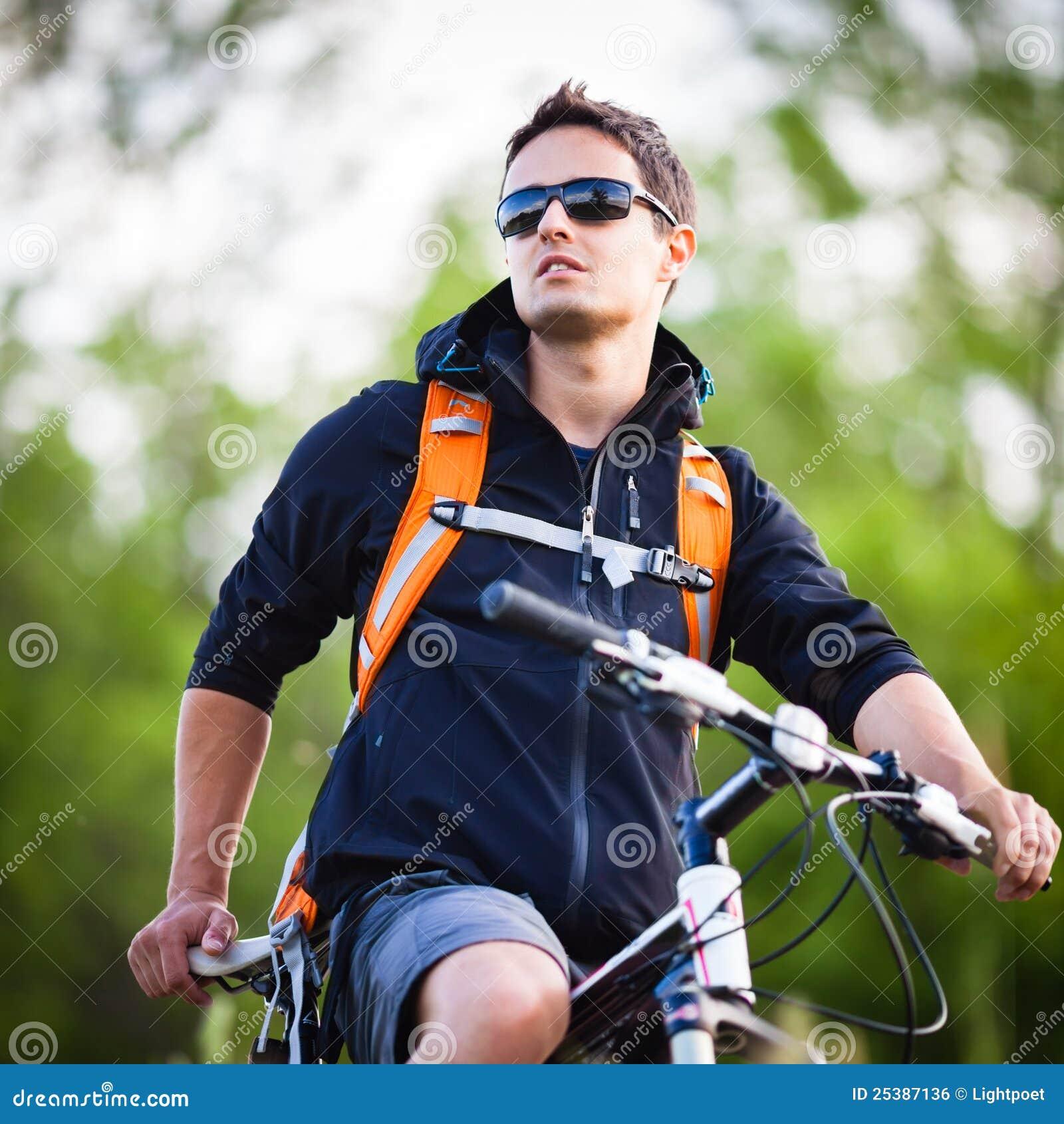 Faire du vélo beau de jeune homme
