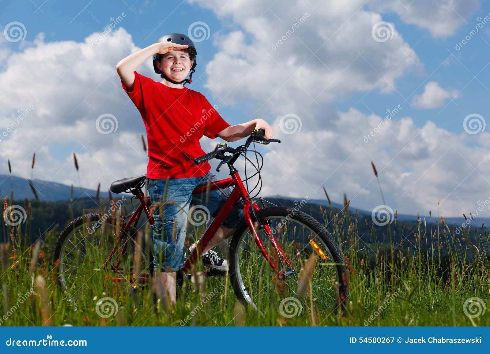Faire du vélo de garçon