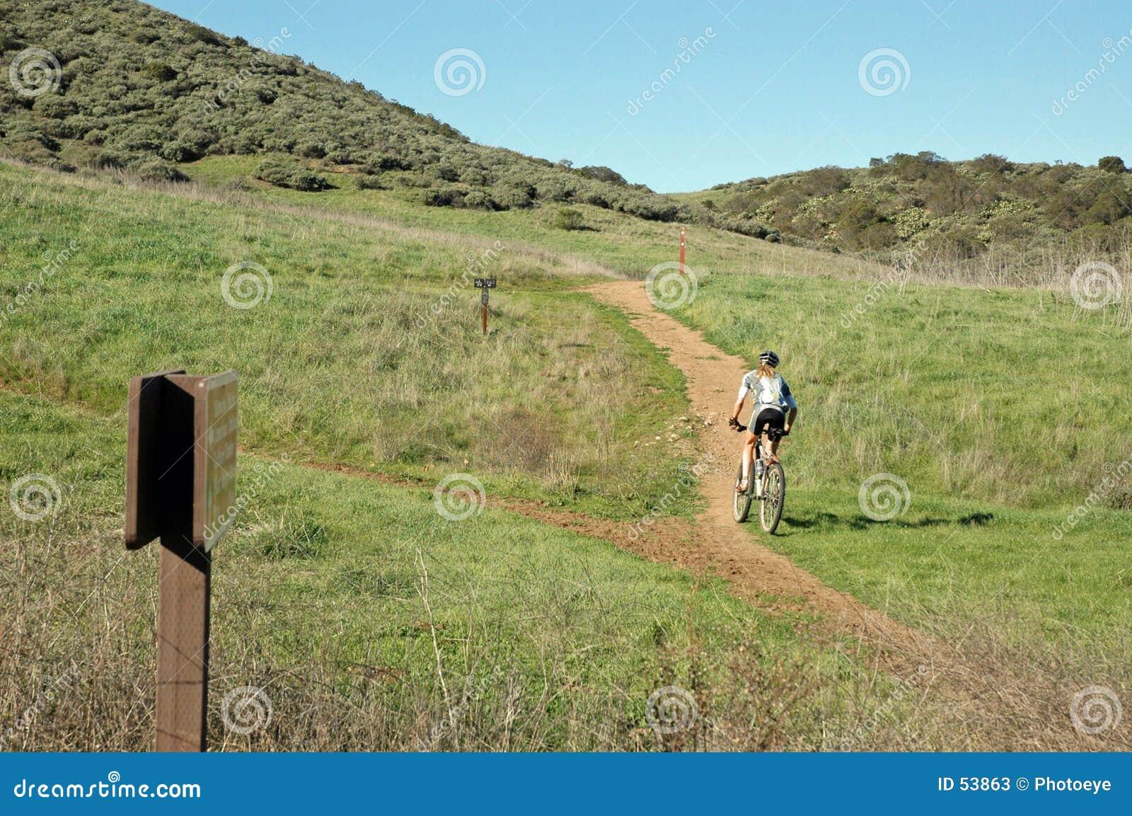 Faire du vélo de montagne de femme