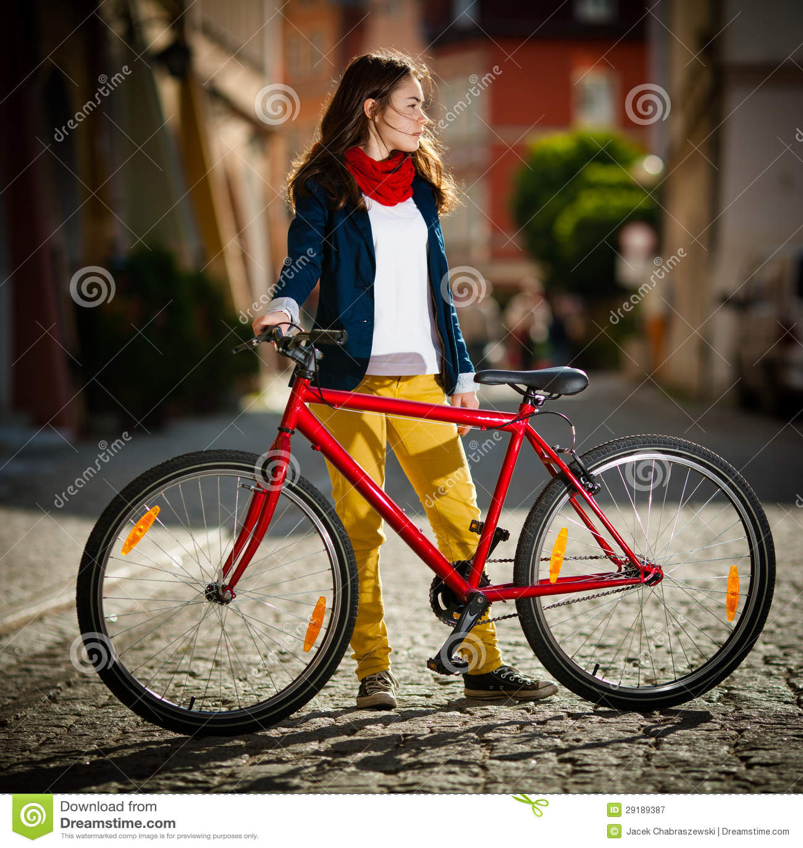 Faire du vélo urbain - adolescente et vélo dans la ville