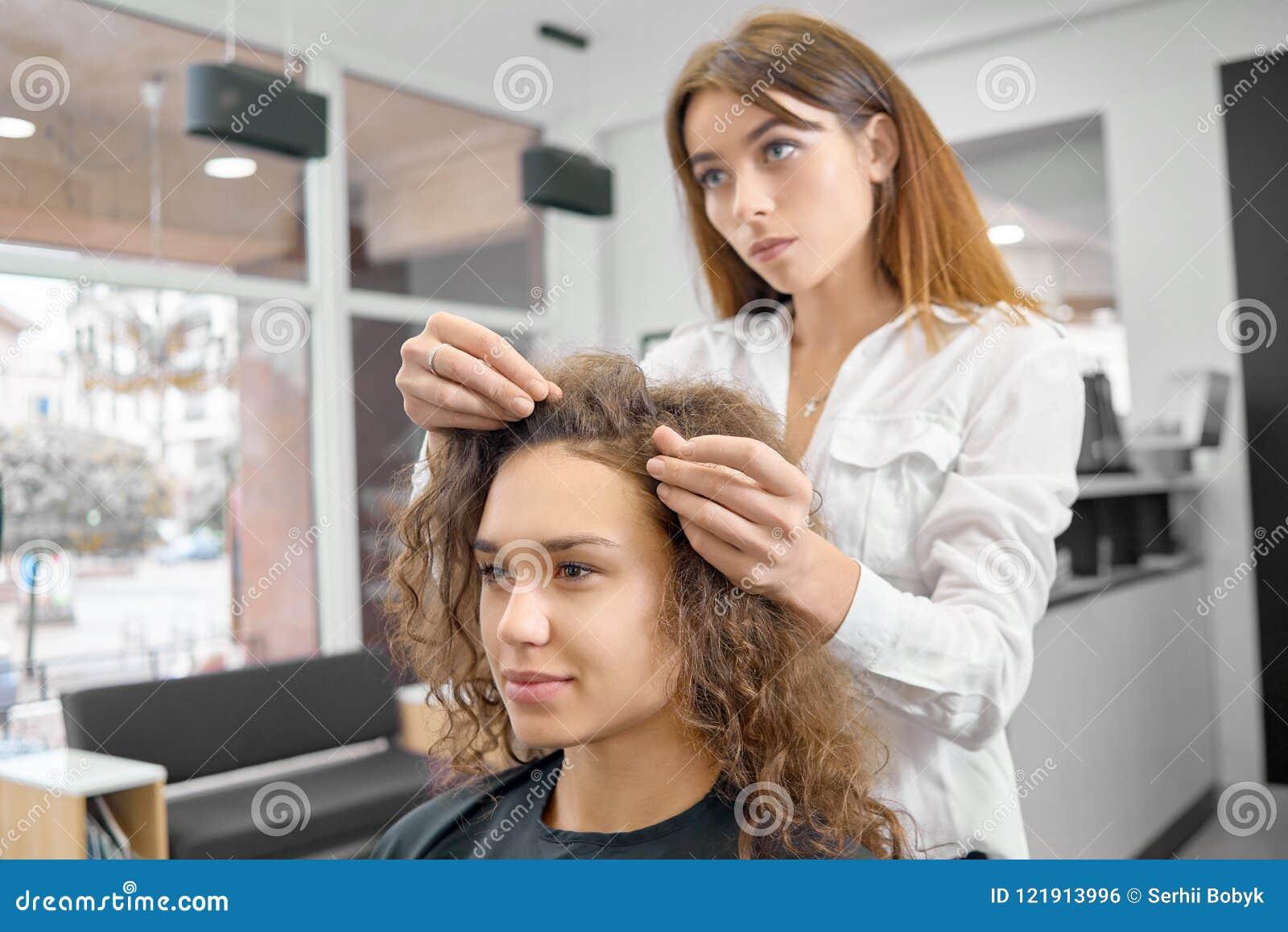 Faire la nouvelle coiffure dans le salon beaty avec le hairstyler professionnel