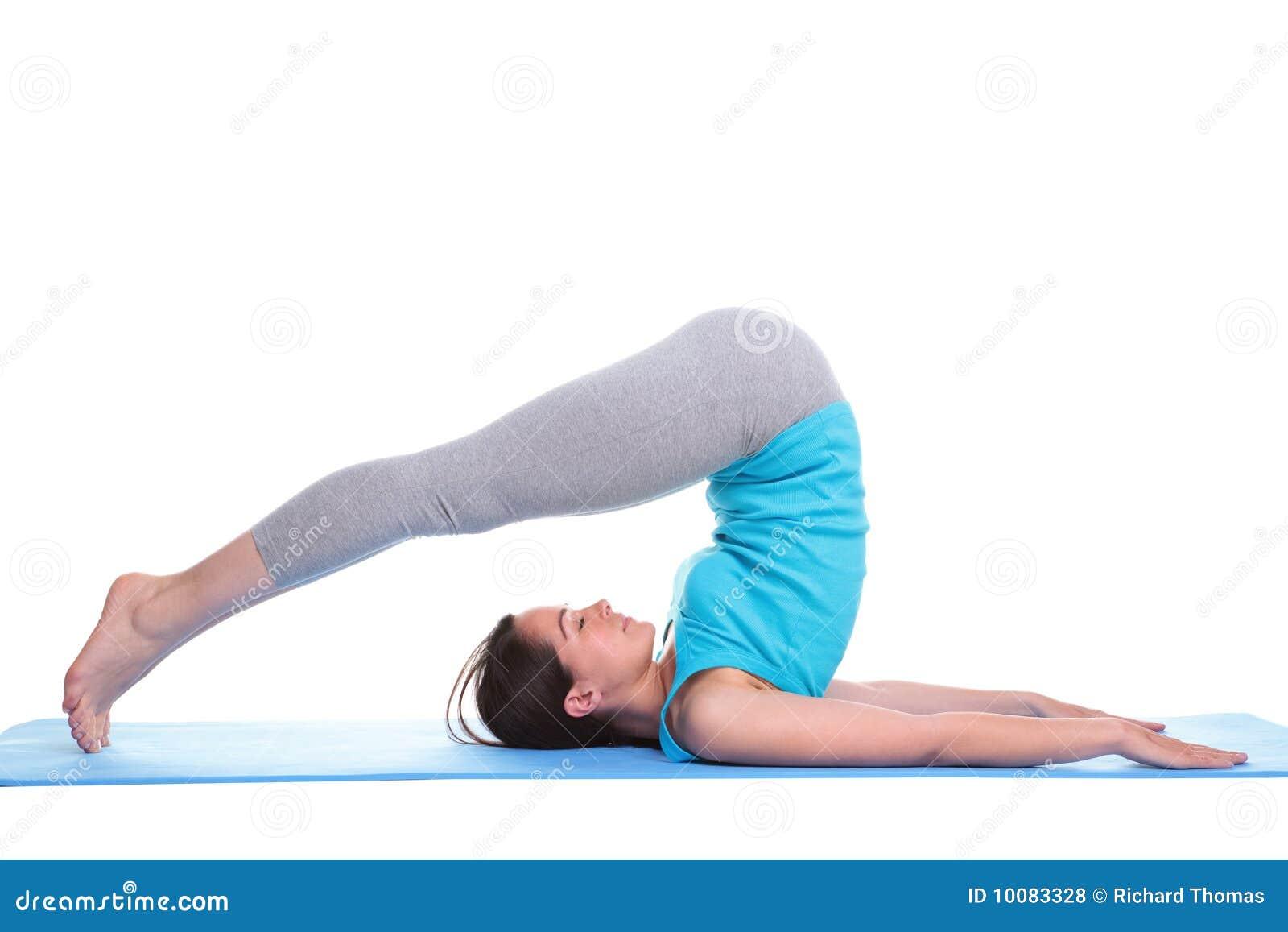Faire le yoga menteur de femme de couvre-tapis