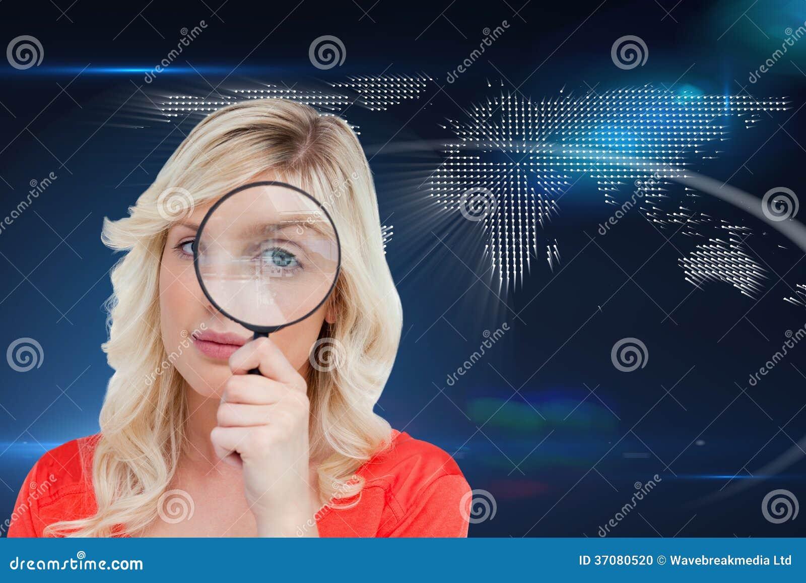 Download Fairhaired Kobieta Patrzeje Przez Powiększać - Szkło Ilustracji - Ilustracja złożonej z wyznaczający, technologia: 37080520