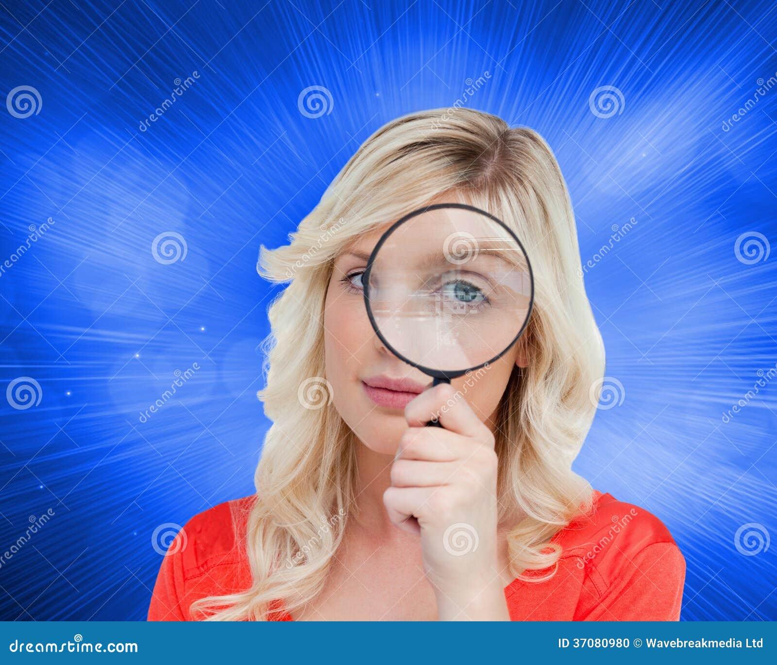 Download Fairhaired Kobieta Patrzeje Przez Powiększać - Szkło Ilustracji - Ilustracja złożonej z abstrakt, glassblower: 37080980