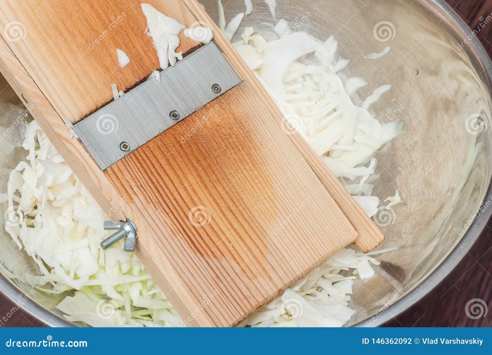 Faisant cuire la salade saine ? la maison dans la cuisine