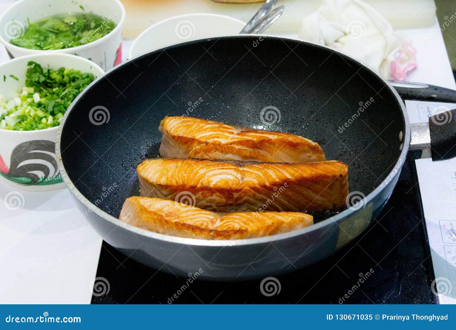 Faisant cuire le bifteck saumoné avec la casserole, faisant frire Salmon Steak