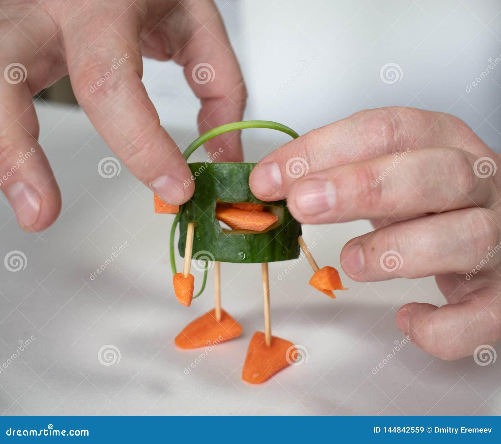 Fait de l homme de concombre avec des écouteurs de carotte