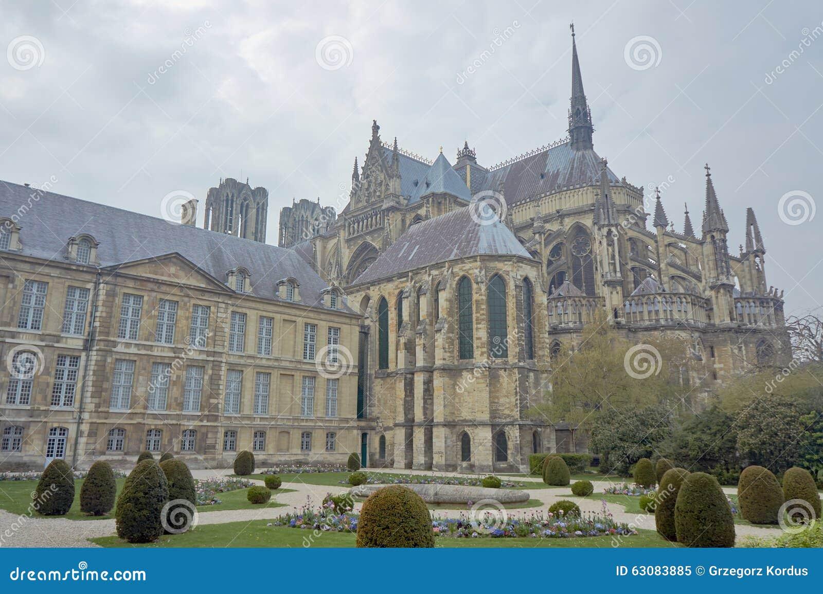 Download Fait Du Jardinage La Cathédrale Notre-Dame De Reims Image stock - Image du architecture, hublot: 63083885