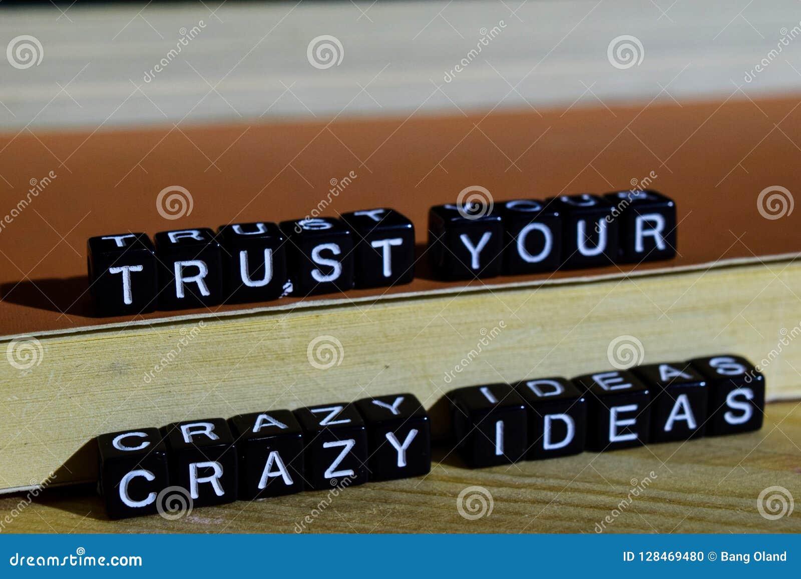 Faites confiance à vos idées folles sur les blocs en bois Concept de motivation et d inspiration