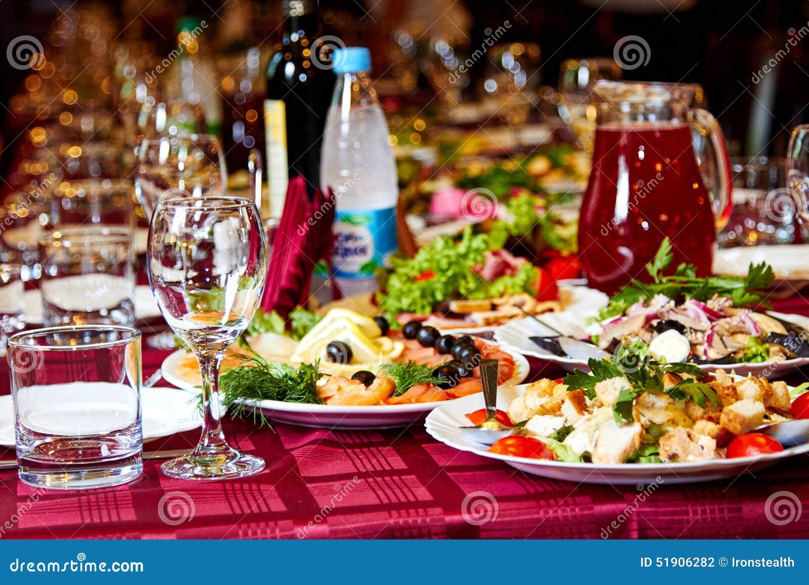 faites la fte la table avec de l alcool la nourriture et les boissons 51906282