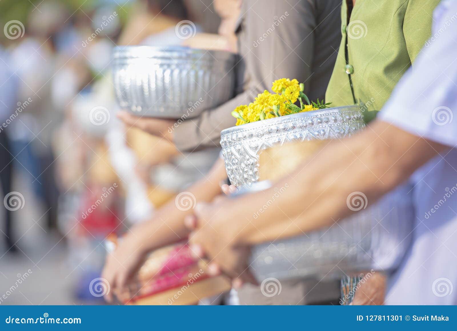 Faites le mérite donner l aumône à un moine bouddhiste