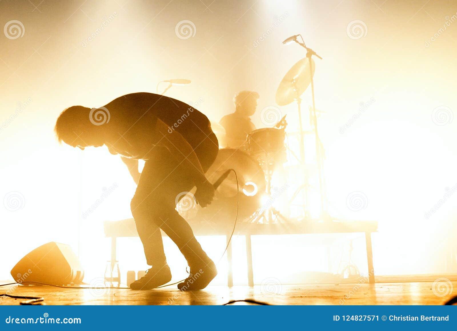 A faixa de dança eletrônica do synthpop futuro das ilhas executa no concerto no local de encontro do Razzmatazz