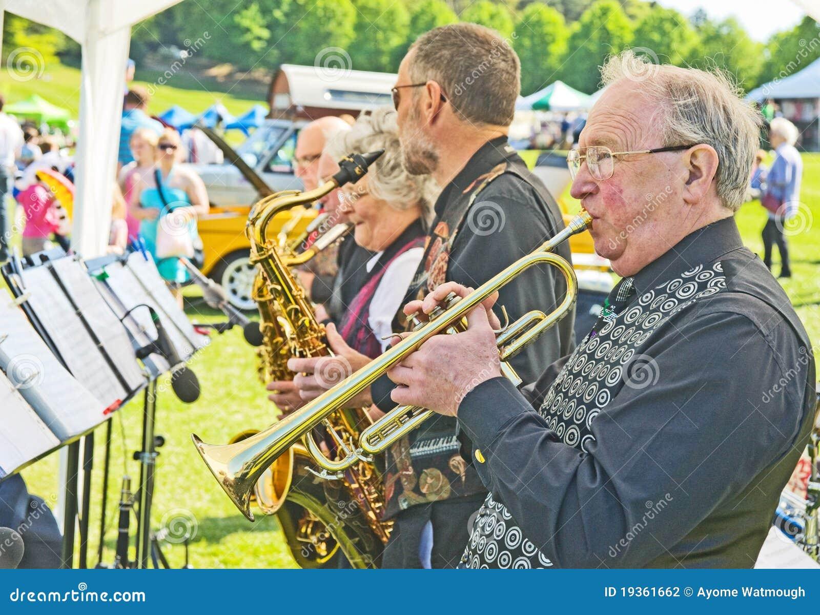 Faixa de jazz da aléia de bandeja de estanho no dia do tema de Forres.