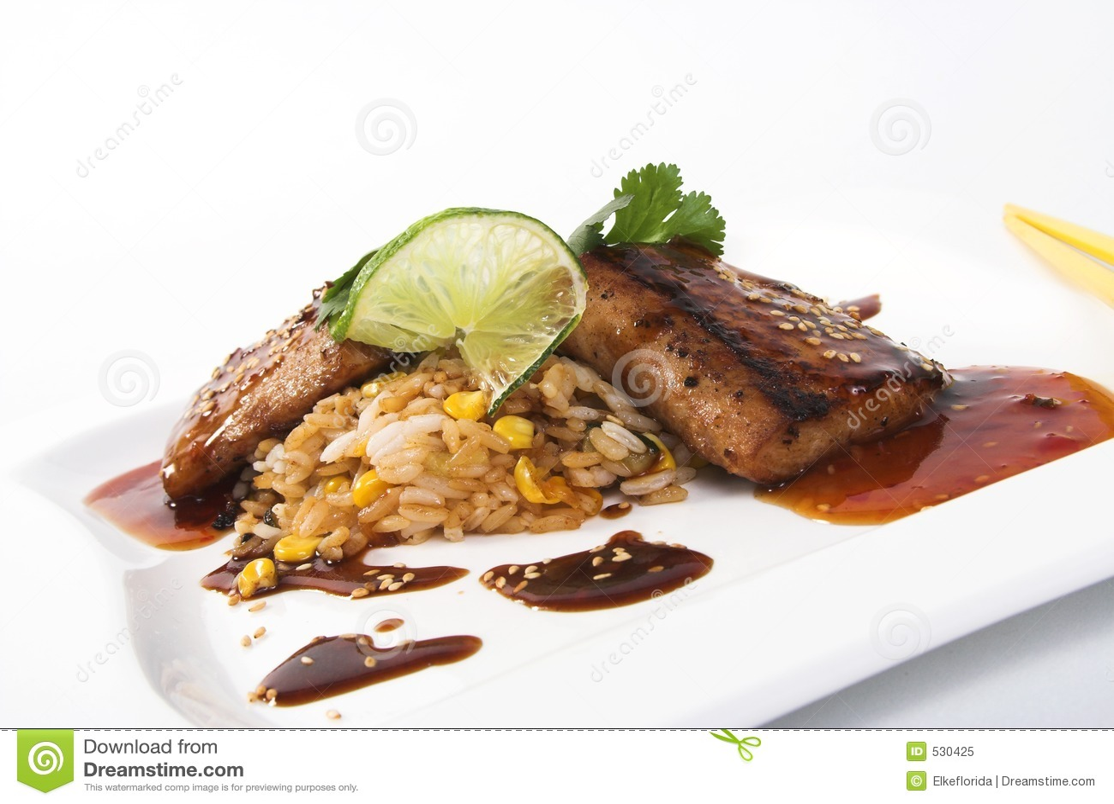Faixa de peixes com molho e arroz de soja