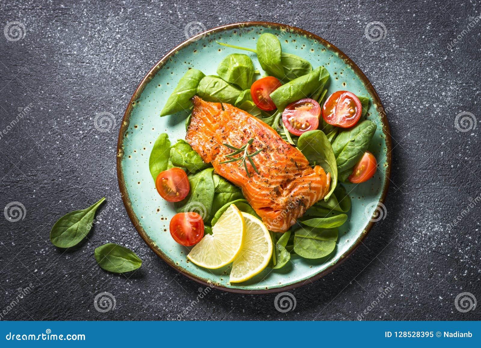 Faixa de peixes cozida dos salmões com opinião superior da salada fresca