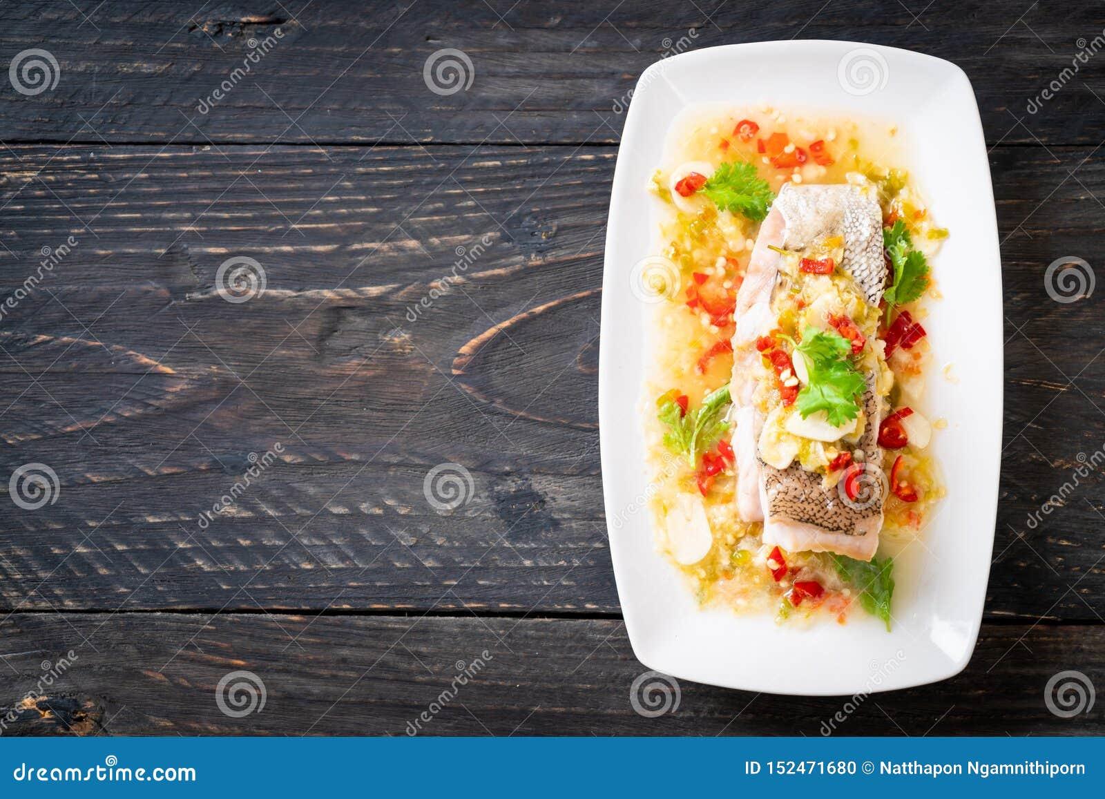 Faixa de peixes cozinhada da garoupa com Chili Lime Sauce no molho do cal