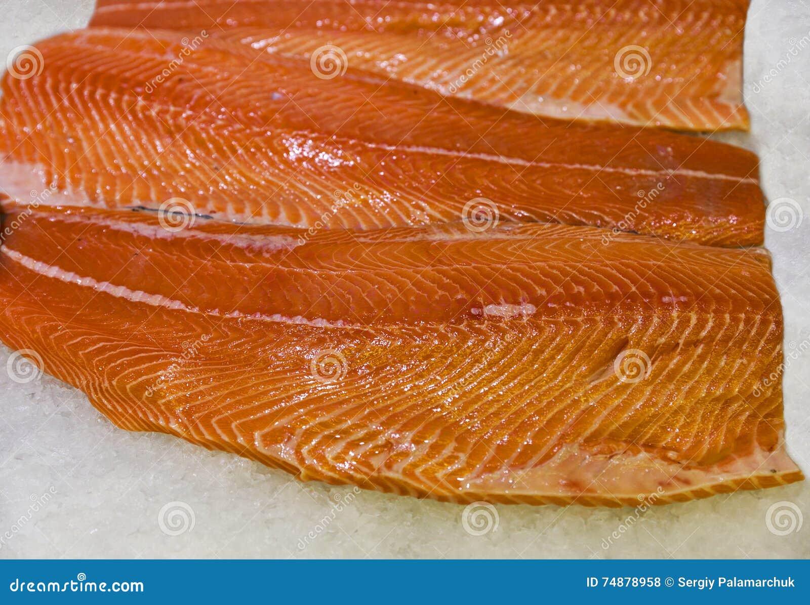 Faixa salmon de refrigeração crua no close up do gelo
