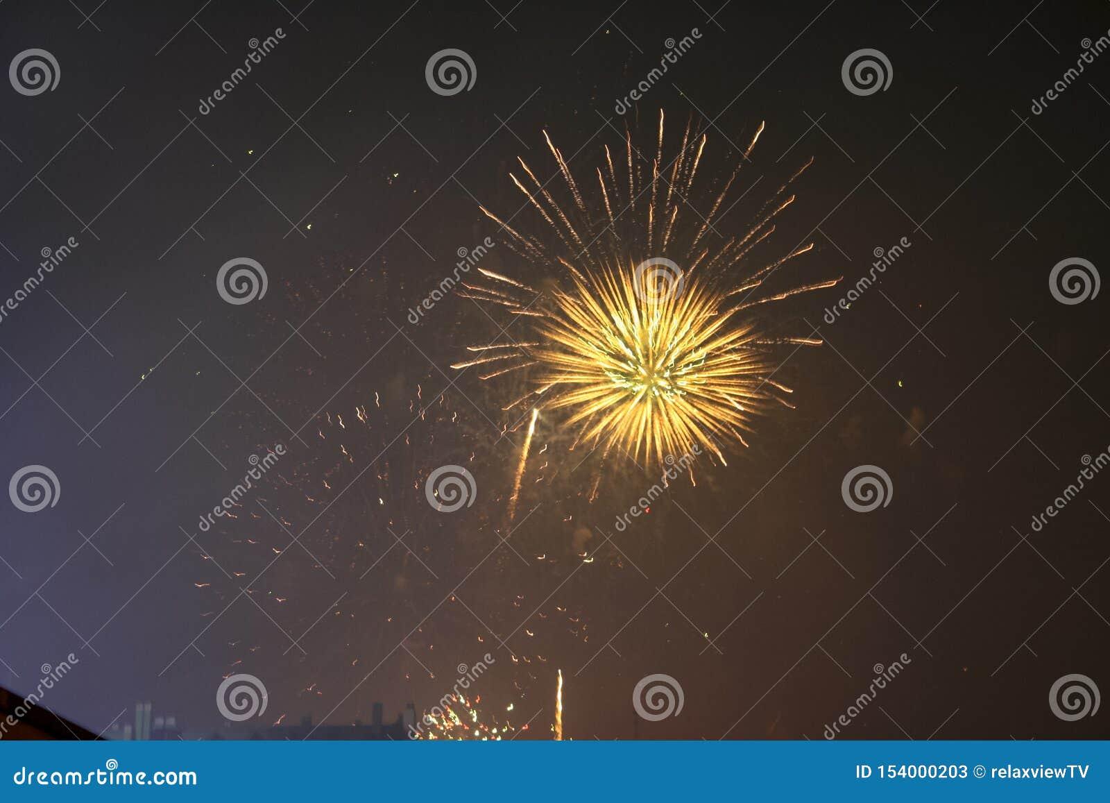 Fajerwerków gody świętujący w Walencja Hiszpania dla FALLAS przy nite pokazem