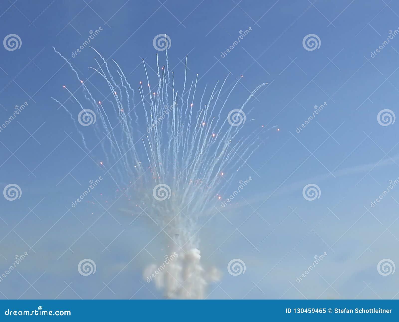 Fajerwerk przy dniem z niebieskim niebem
