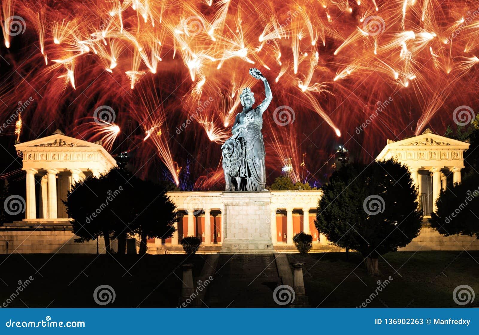 Fajerwerki przy iluminującym Bavaria rzeźbią w Monachium