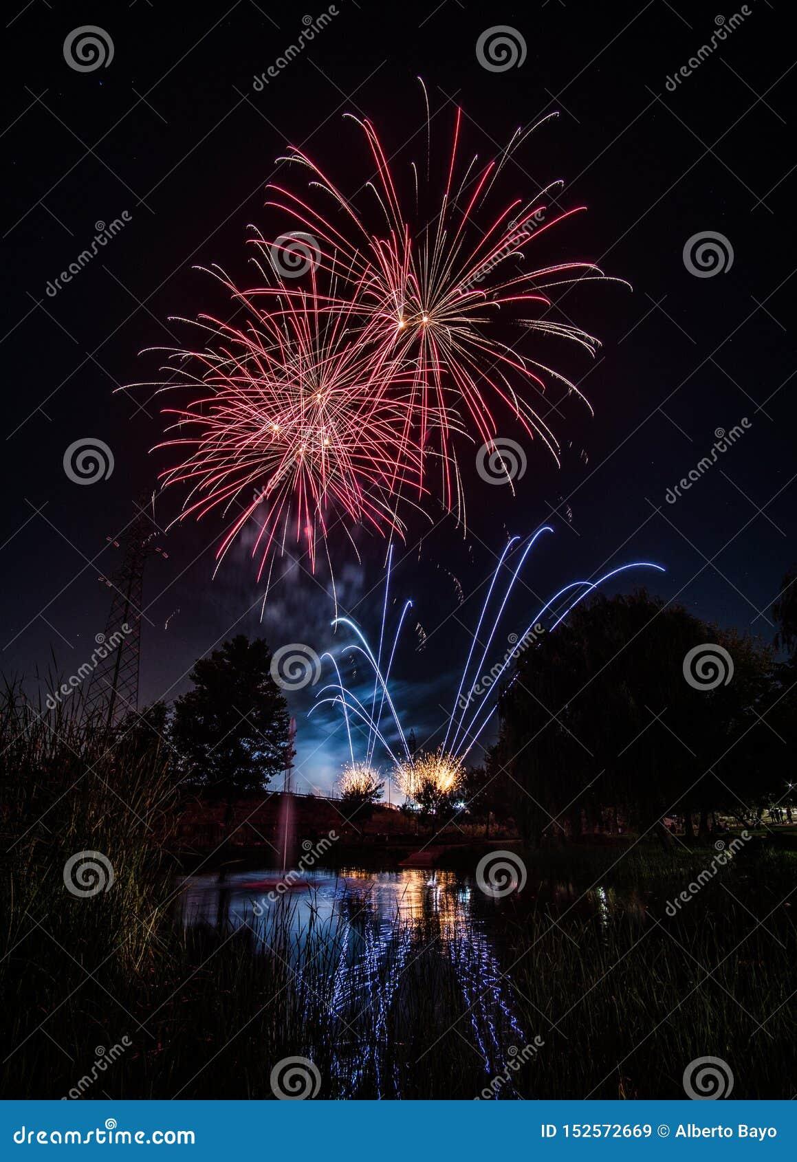 Fajerwerki przy nocą w nowym roku