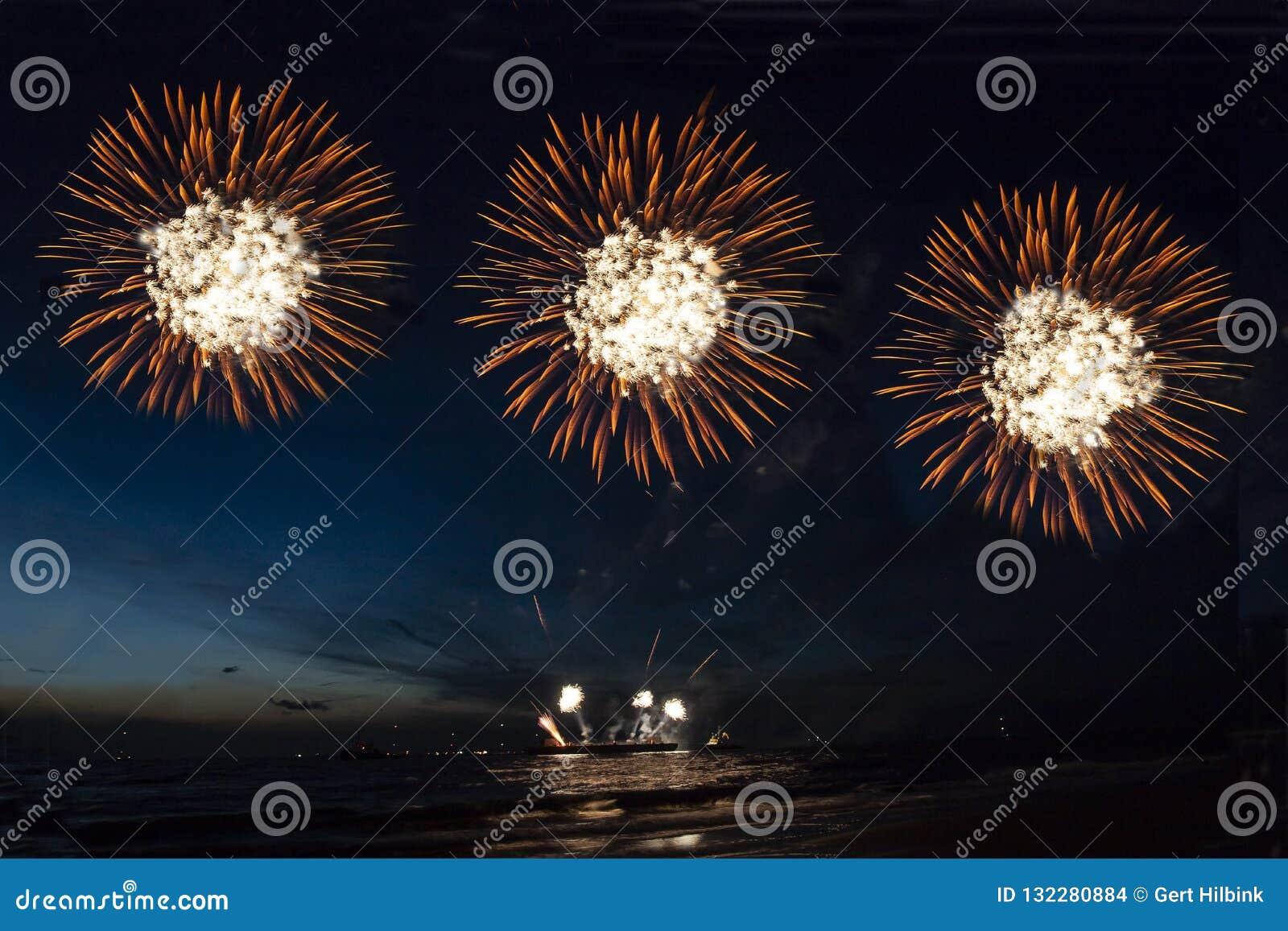 Fajerwerki, strzelający rakiety i ogienia