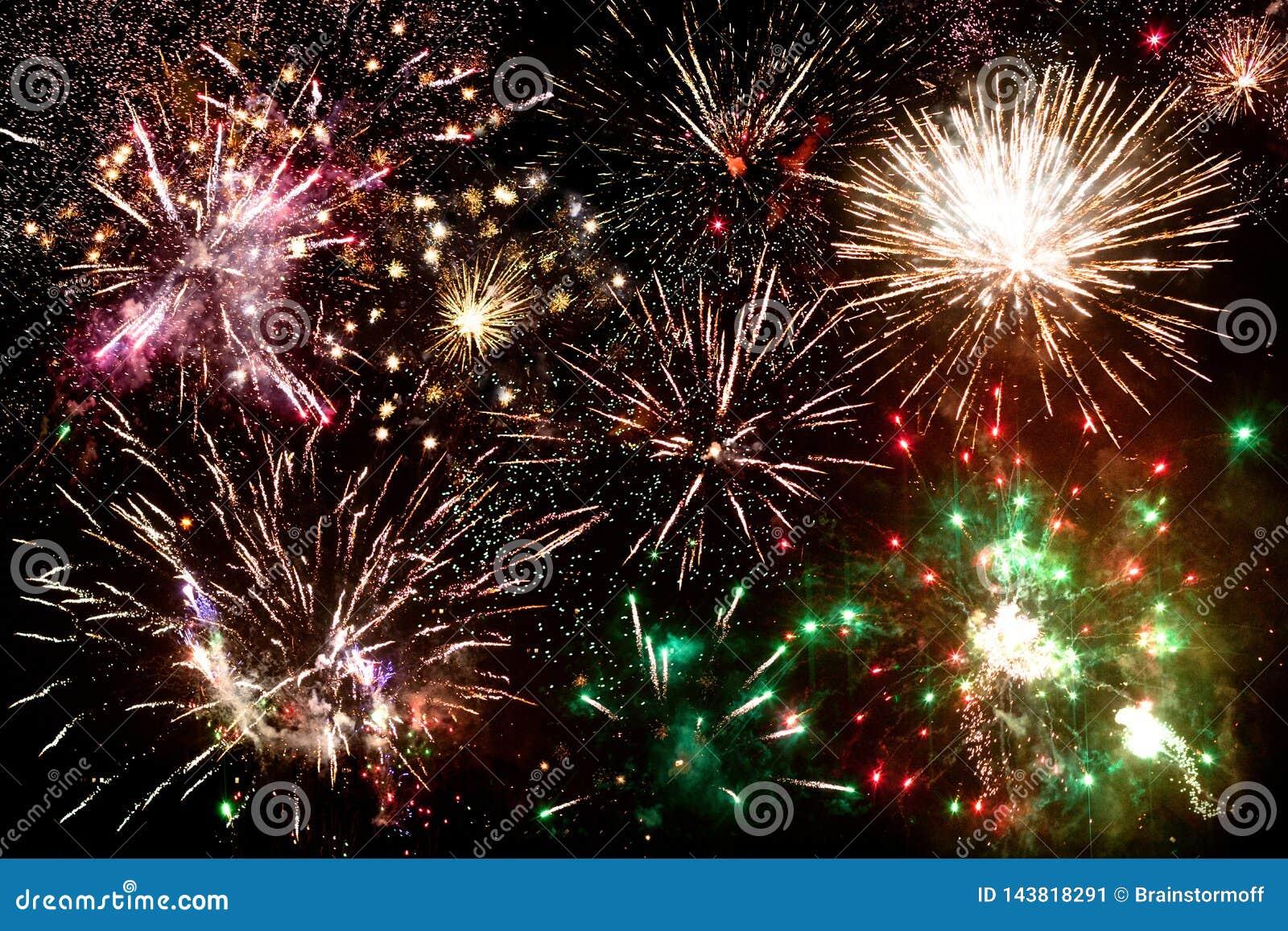 Fajerwerki, wiele stubarwny salut błysną w nocnym niebie, świąteczny sztandar, nowego roku plakat, Bożenarodzeniowy kartki z pozd