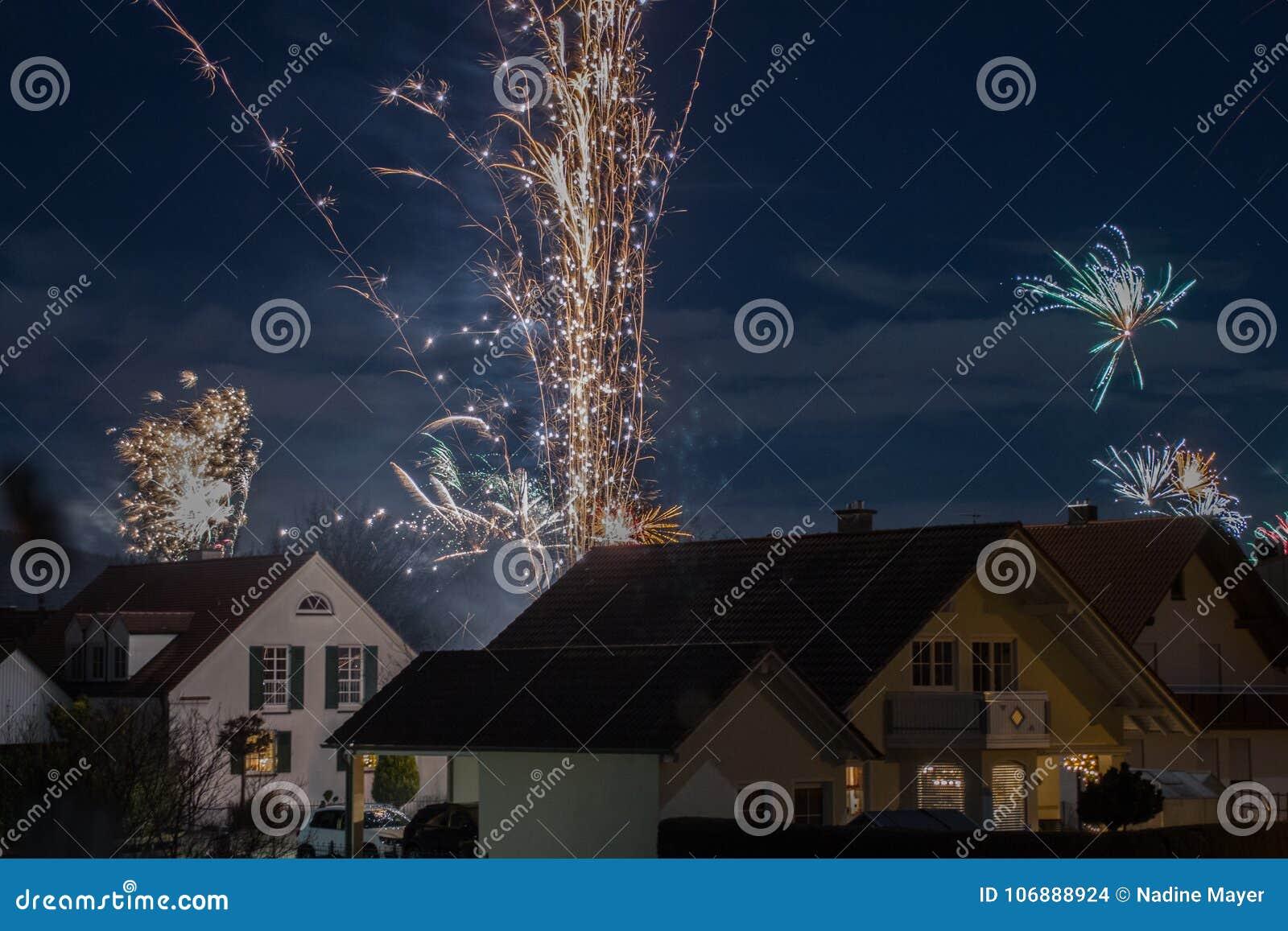 Fajerwerki wystawiają w małym wiejskim miasteczku