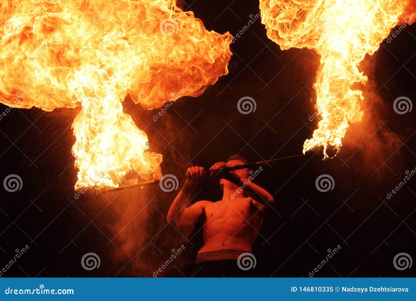 Fakir avec un poteau brûlant