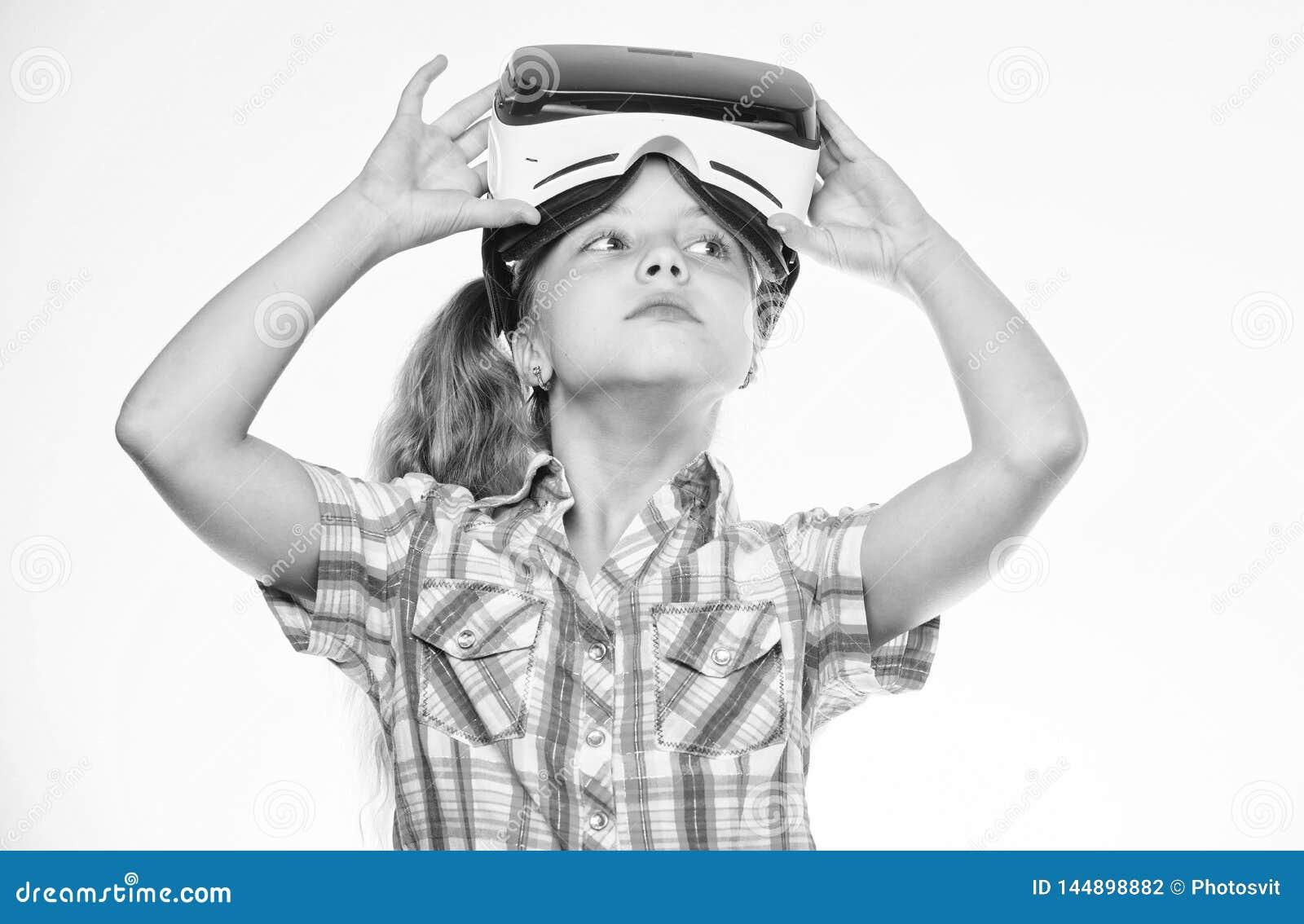 Faktiska lekar f?r barnlek med den moderna apparaten Unders?k det faktiska tillf?llet Nyast ungevirtuell verklighetlekar faktiskt