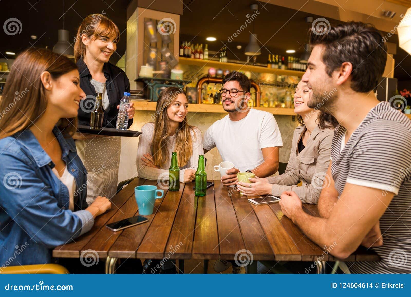Fala à empregada de mesa