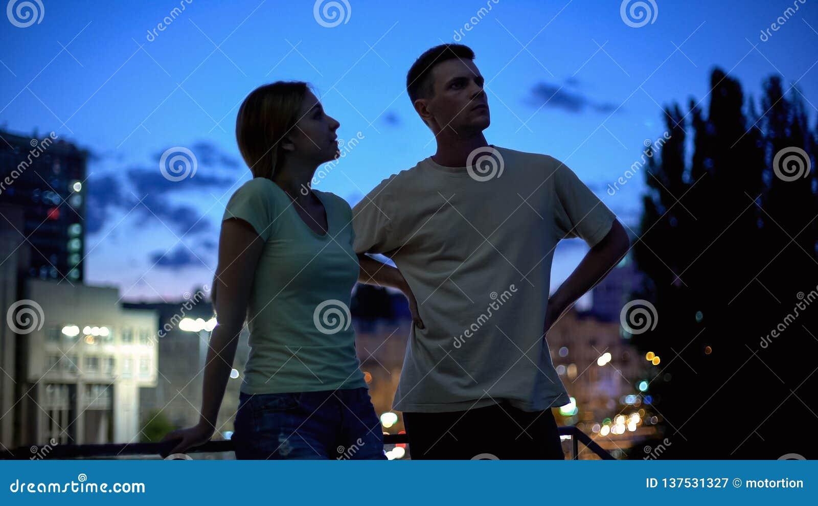 Fala do homem novo e da mulher seriamente, nivelando o tempo de lazer na cidade, amigos