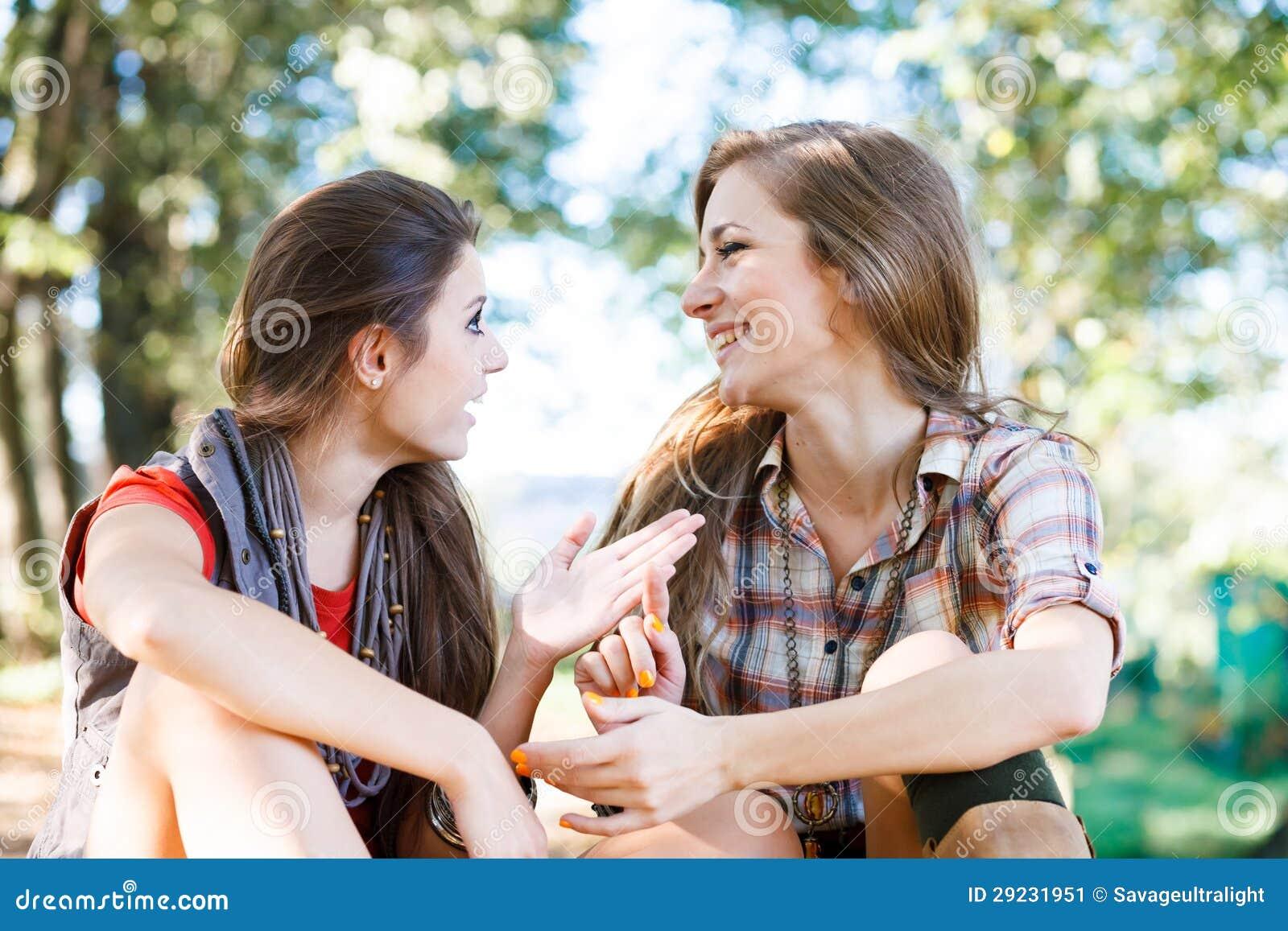 Download Fala Exterior De Duas Amigas Imagem de Stock - Imagem de falar, meninas: 29231951