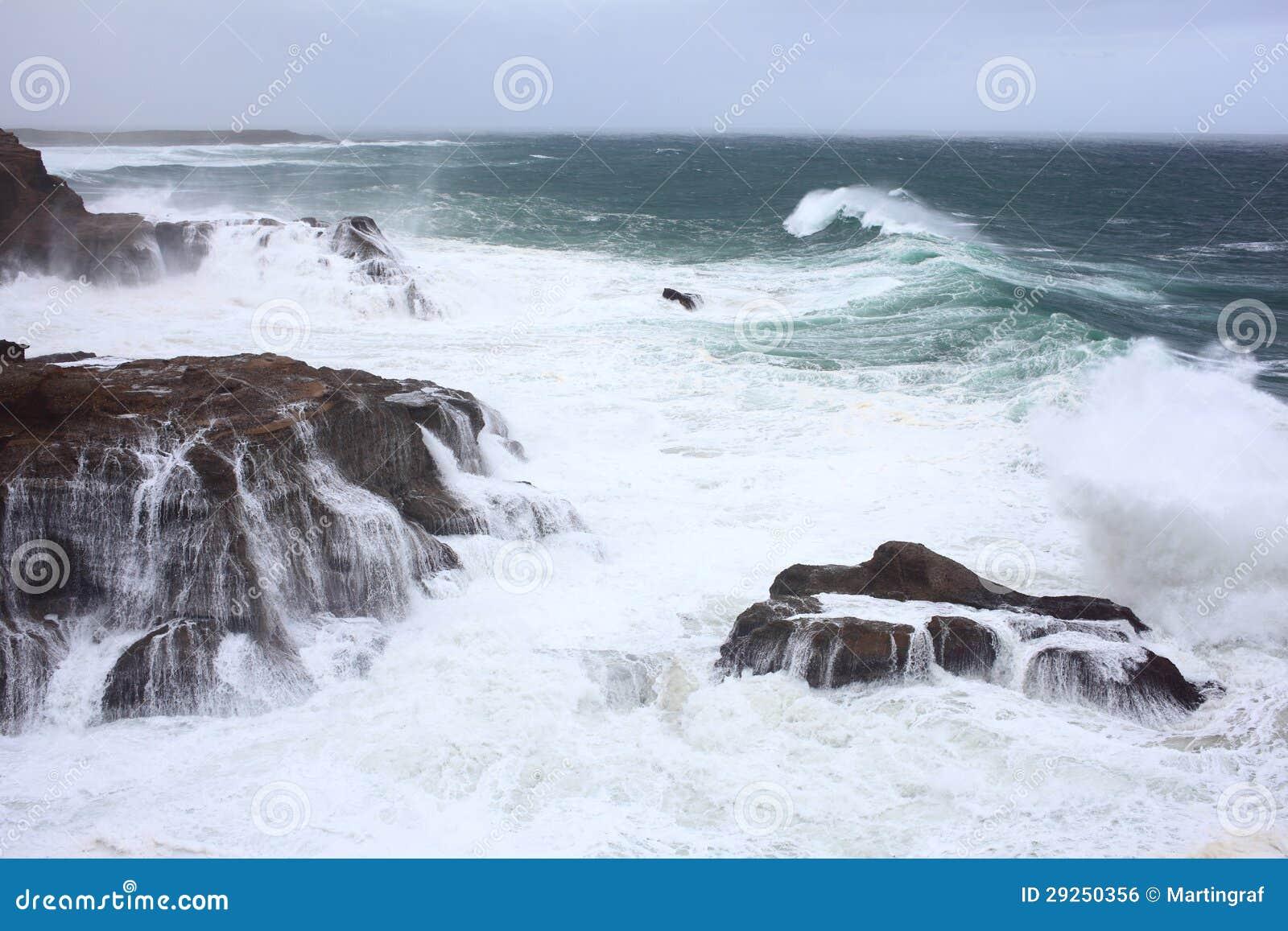 Fala myje skalistego wybrzeże
