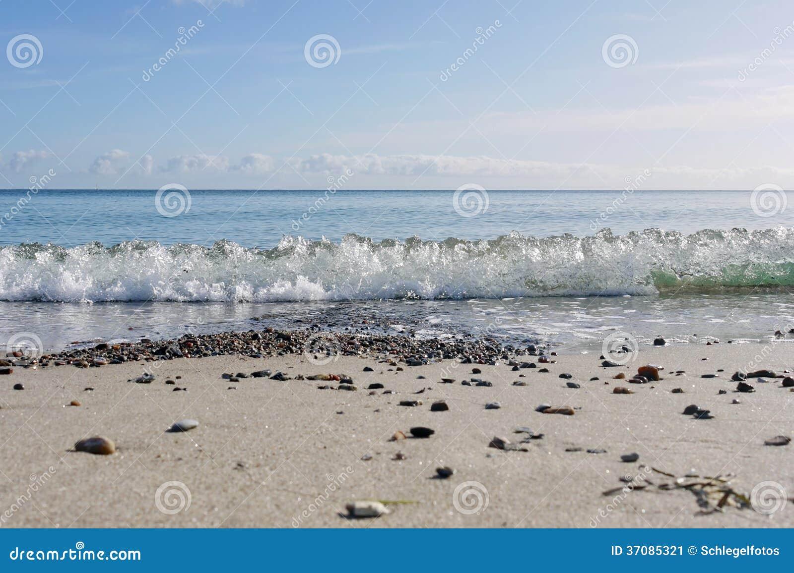 Download Fala na ocean plaży obraz stock. Obraz złożonej z morze - 37085321
