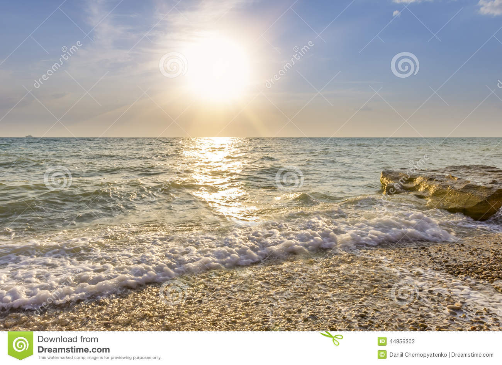 Fala owija na otoczak plaży