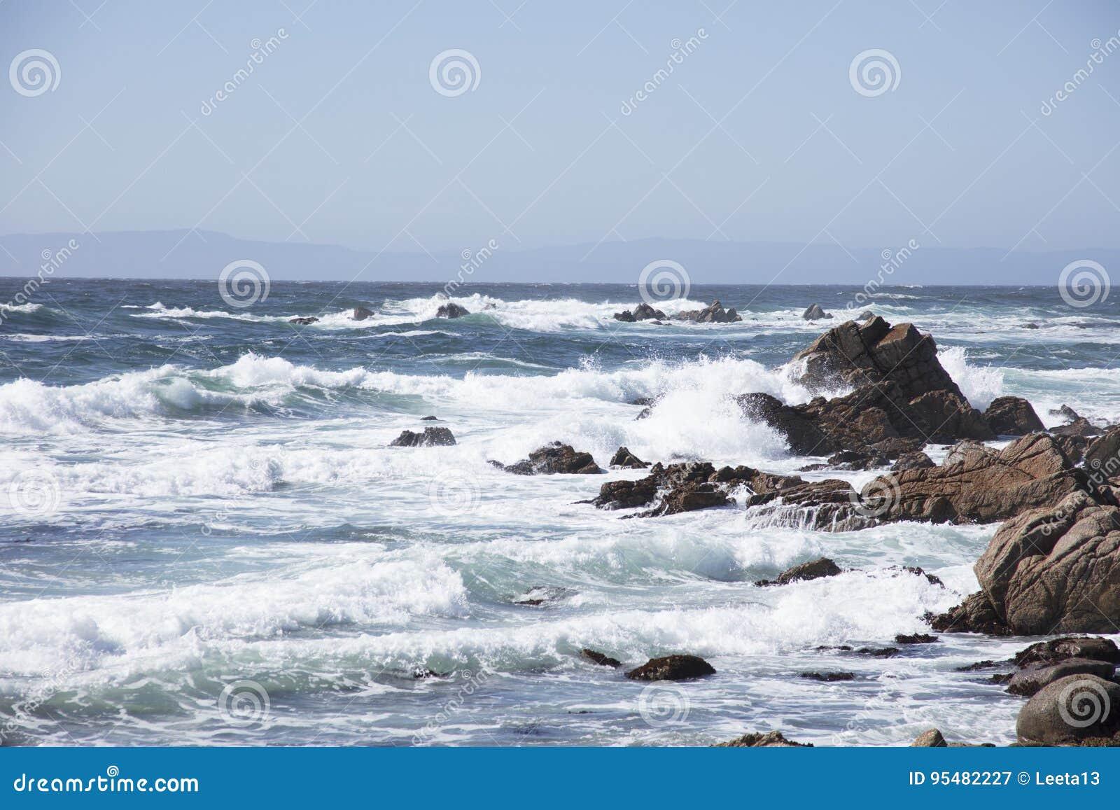 Fala Rozbija na skałach wzdłuż 17 mil przejażdżki Kalifornia