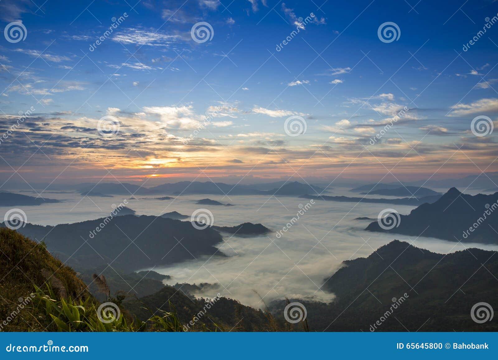 Falaise de brouillard de montagne et de ciel