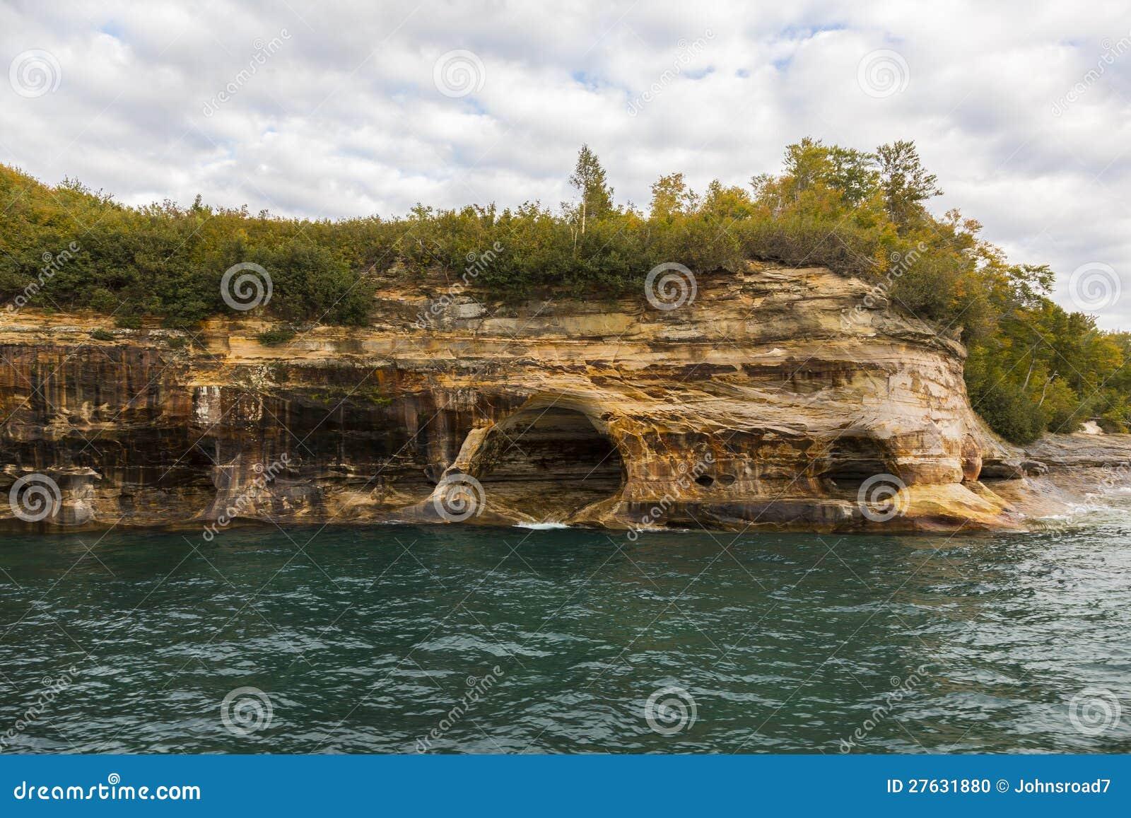 Falaise de supérieur de lac