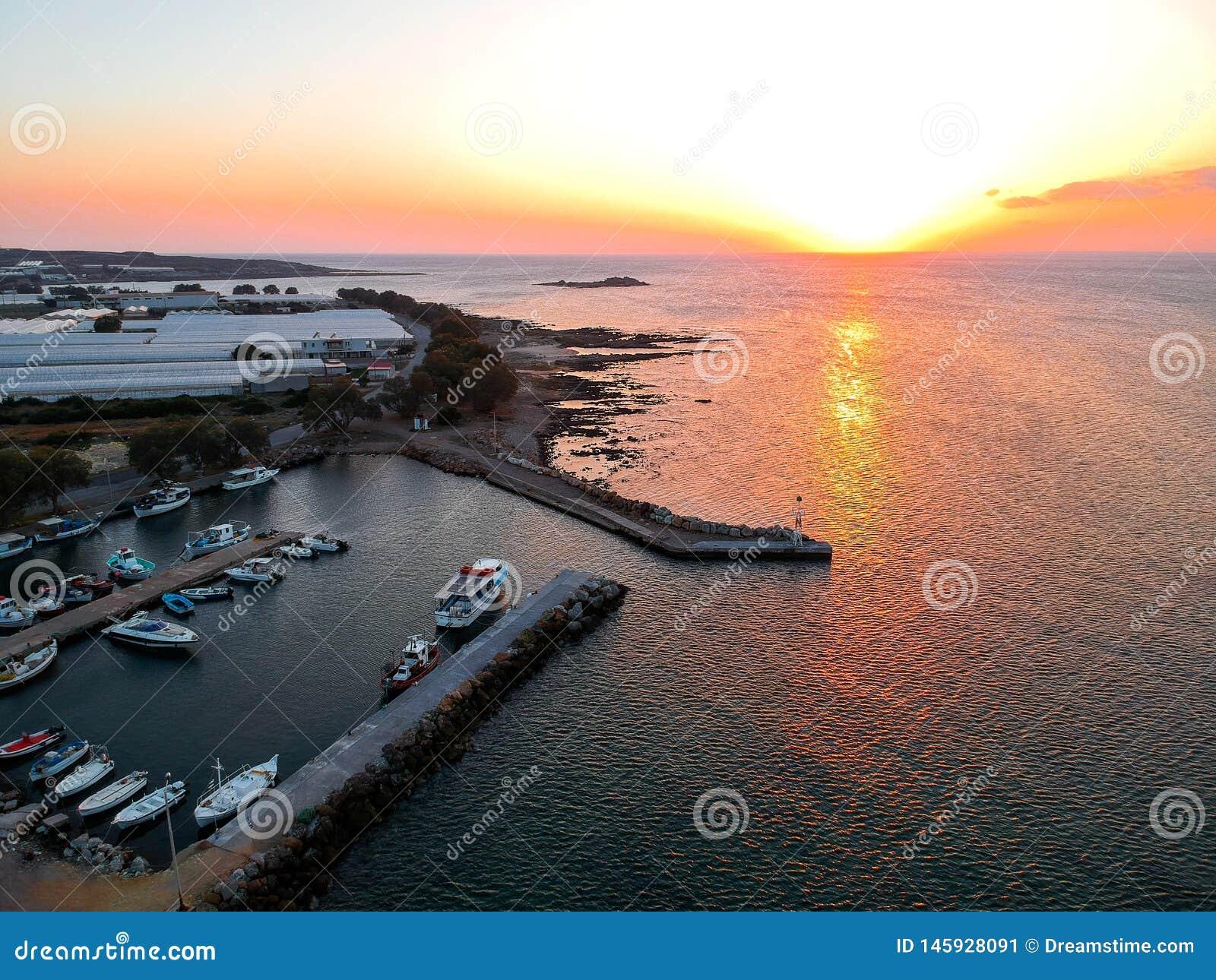 Falasarna, coucher du soleil de la Grèce au-dessus de vue de bourdon de mer