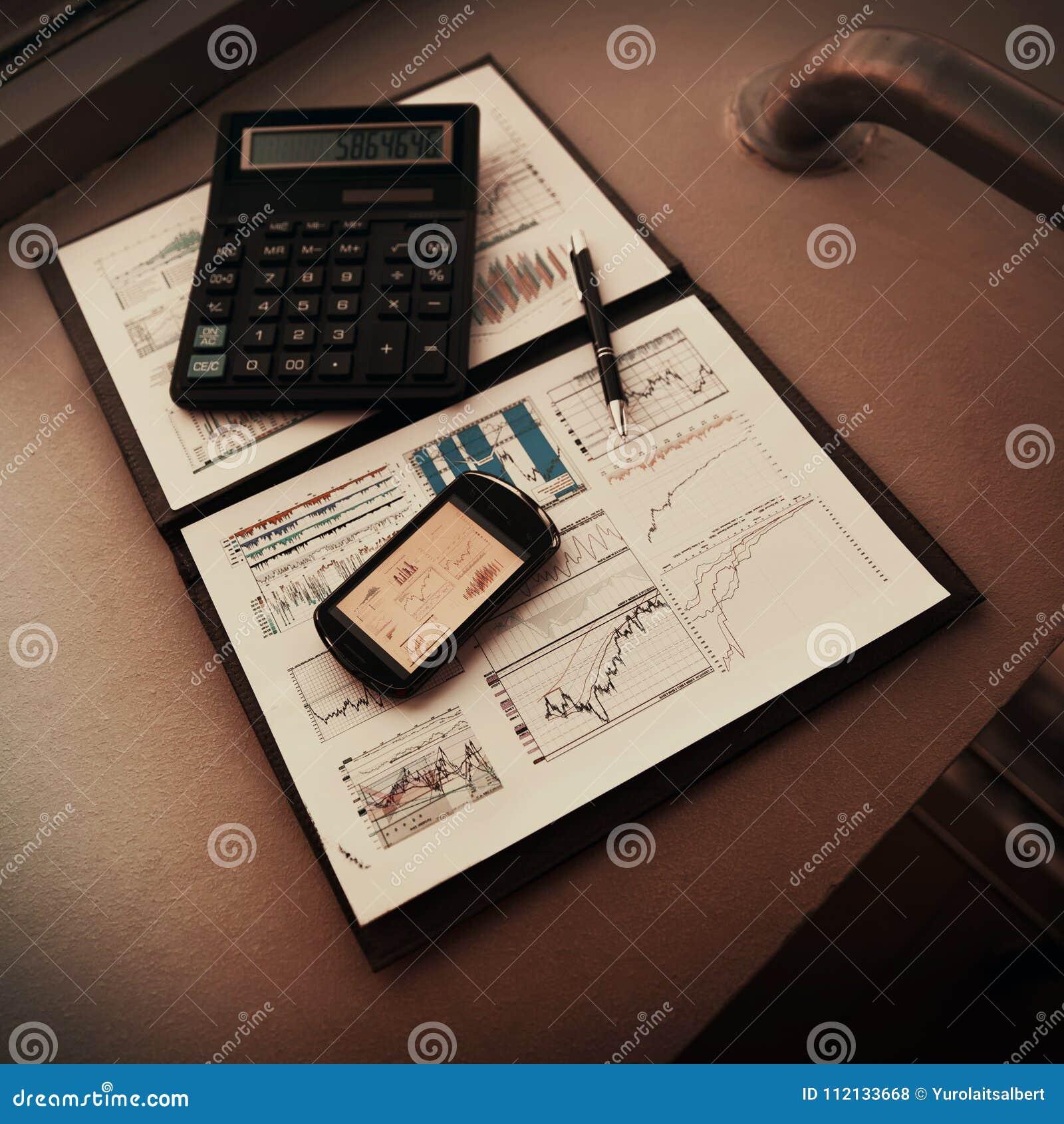 Falcówka z mapami pieniężna analiza Diagramy w telefonu ` s ekranie, następnie będą kalkulatorem i piórem