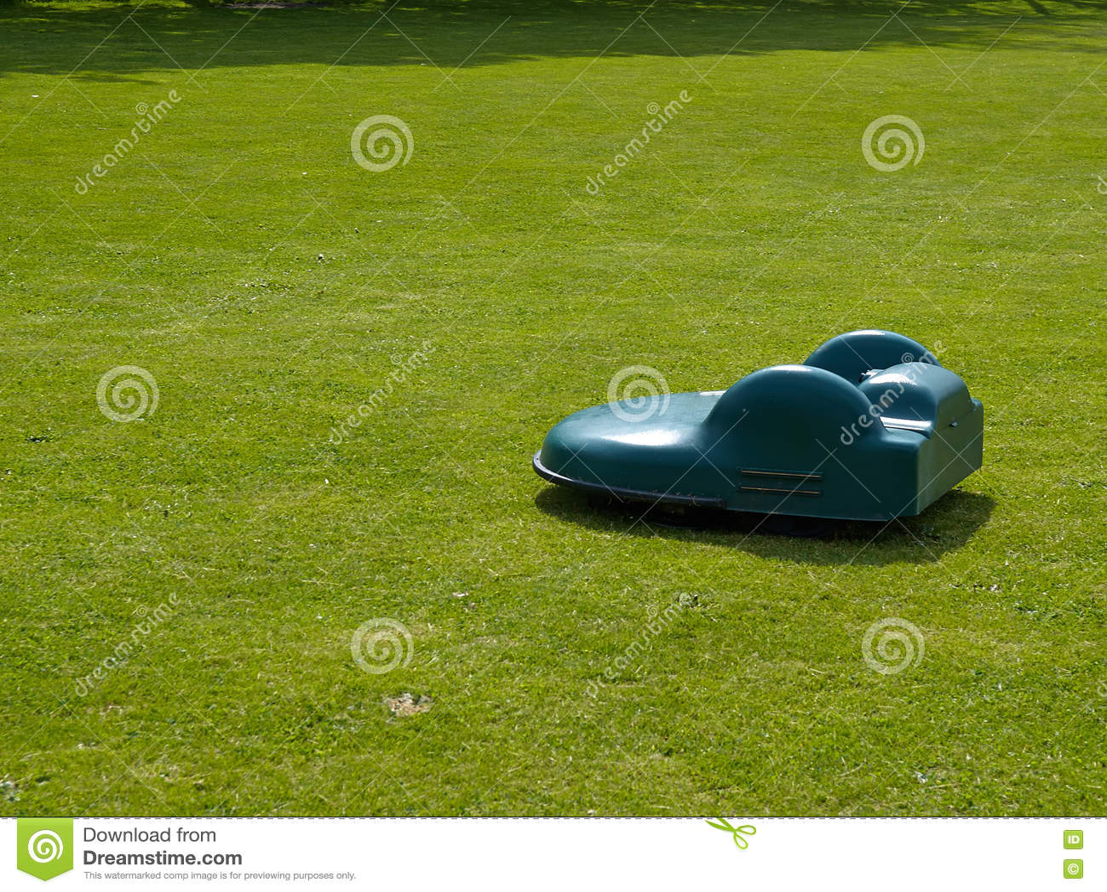 Falciatrice da giardino robot su erba fotografia stock immagine